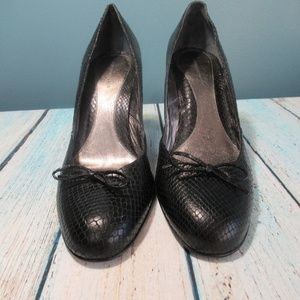 Banana Republic Black Snakeskin Pump Size 10